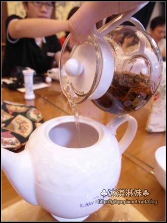 時間到囉!!! 就將茶到出來?(溫壺的水要記得先倒到茶杯溫一下)
