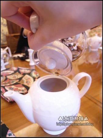 依照傳統飲茶文化 要將黃金滴倒在一桌的主人或是地位最高的人杯子中
