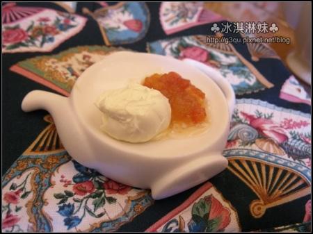 果醬是塗司康的 左邊是奶油 右邊是蘋果番茄香草籽