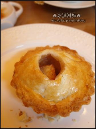 上面的外皮真的是酥!! 底層的派皮好紮實又好酥 裡面的蘋果不會太甜 感覺很新鮮