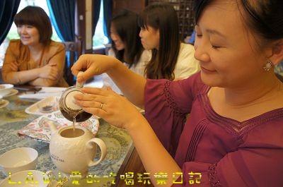 三分鐘到了就可以優雅的把茶到進瓷的茶壺之中。