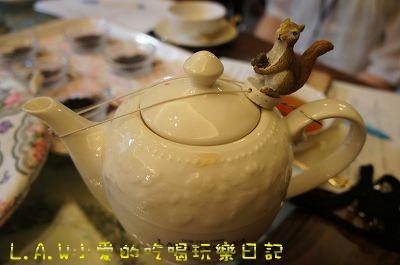 除了像小愛一樣一邊扶著壺蓋一邊倒,也有這樣的小道具哦!!