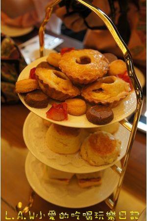 英式下午茶點心的吃法,一般是由下往上,鹹到甜的吃法,也有甜鹹甜的搭配。