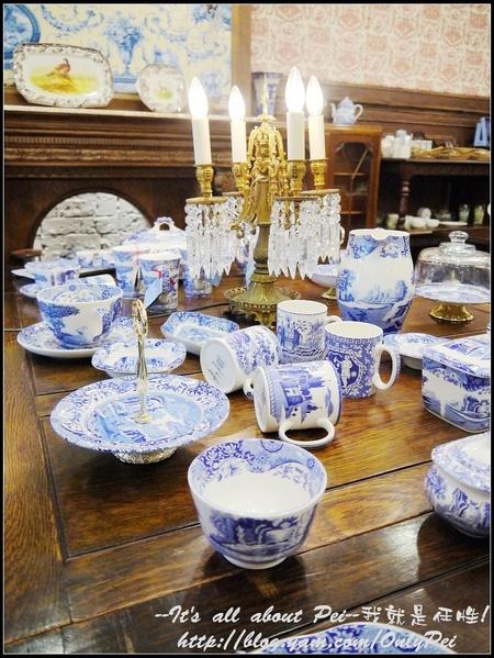舉凡弔燈、杯盤、桌椅、擺設都是十分考究的古典文物~