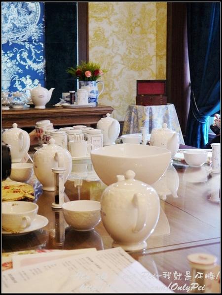 每個人的桌上都有一組十分講究的陶瓷杯盤進口茶具 從遠處看過去真的十分壯觀!
