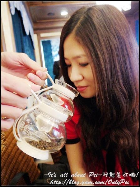 用熱水沖浸過後的茶壺放入茶葉後確實能將茶葉的香氣完整的釋放出來