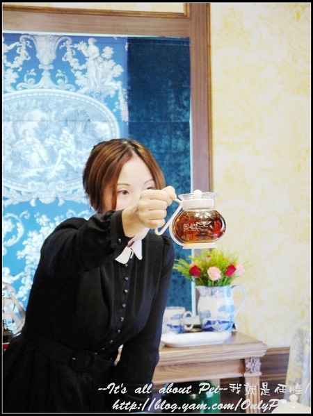在浸泡的過程中 茶葉會像跳舞般在茶壺裡上上下下 這樣就對啦!