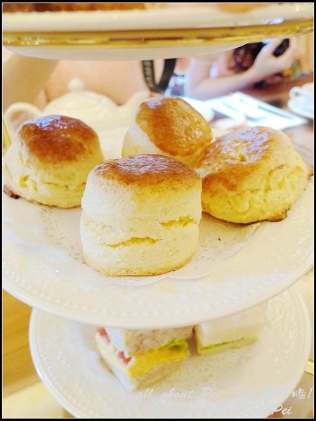 第二層是英式下午茶常見的司康(scone) 有原味和白巧克力橘皮兩種