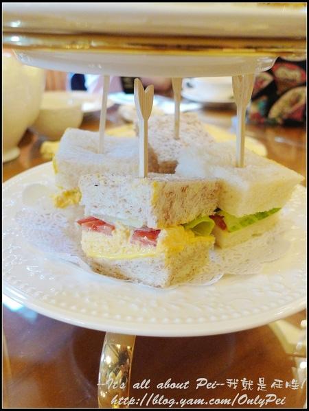 第三層是三明治 裡頭夾了生菜、新鮮番茄和奶蛋沙拉!