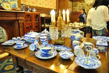 隨手翻開瓷器的底部,很俗氣地看著標價,突然覺得家裡的瑋緻活是便宜貨。