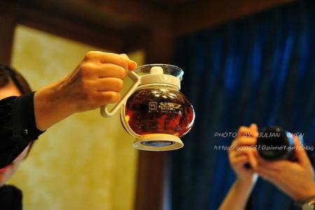 茶葉像有生命似的,上下跳躍運動是完美的水溫