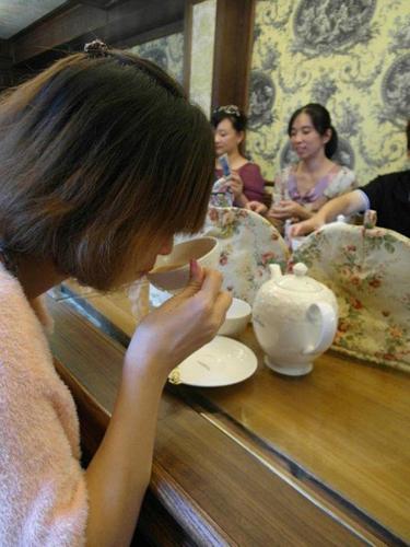 喝下第一口卡提薩克混調,口感滑順,濃淡適中,茶香中瀰漫著自然的香氣,典雅而高貴