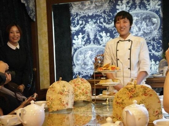 這位老師是英國茶館特別從日本邀請過來做這些美味的下午茶點