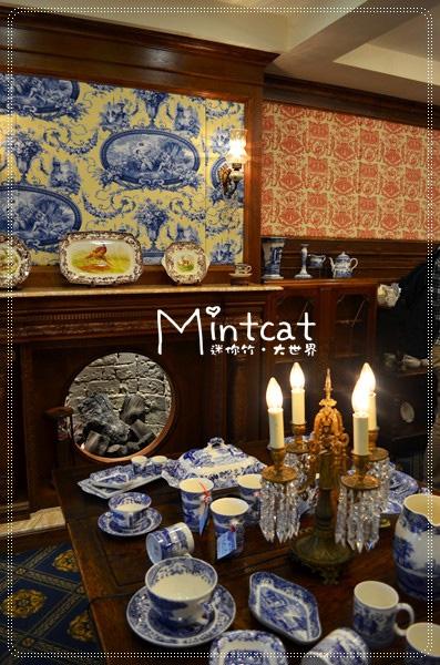 許多不同花色主題的茶具組擺設在各處,高貴華麗讓人屏住呼吸,壁爐是布置裡的點綴更有異國氛圍。