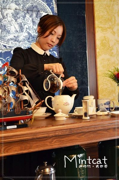 從計量茶葉、溫熱茶壺、充足浸泡到一滴不剩的黃金滴,Kelly老師一道一道程序詳細說明