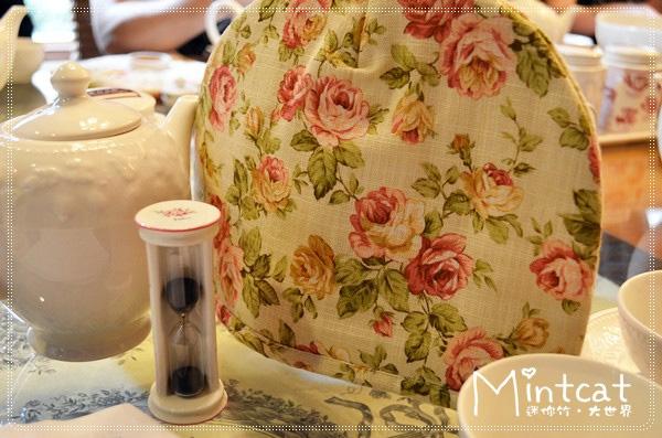 先用玻璃壺沖泡茶品,可愛的沙漏計時是最適當的三分鐘,用茶壺保溫套罩起來是不讓溫度下降