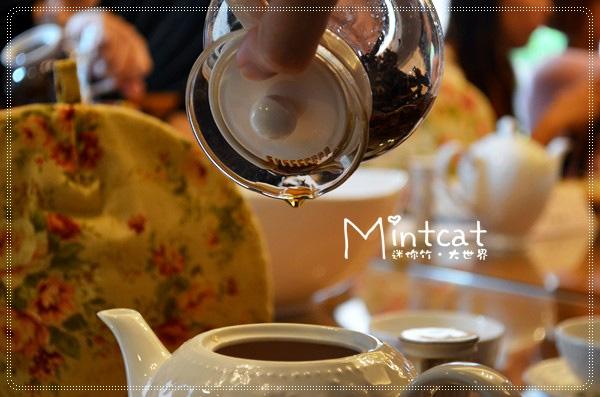 最後一滴的茶具說別具風味,在英國沖泡紅茶時會把這一滴珍貴的黃金滴,滴入在場地位最崇高的人杯裡表示敬意。