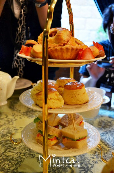 英式下午茶最有名的就是點心盤啦!這個一端上桌大家完全注意力轉移,顧不得在高級場地要優雅一些的都驚呼連連。