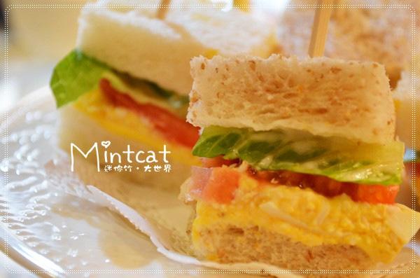 點心盤中的鹹點是蛋沙拉三明治,有彈性的原味與全麥土司,簡單夾入生菜、番茄與蛋沙拉,蛋沙拉不膩口又滑順