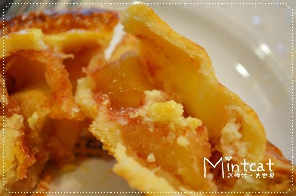 小小的蘋果派外皮烤的金黃,內餡裡有滿滿的蘋果塊,以肉桂香料調味香氣滿溢