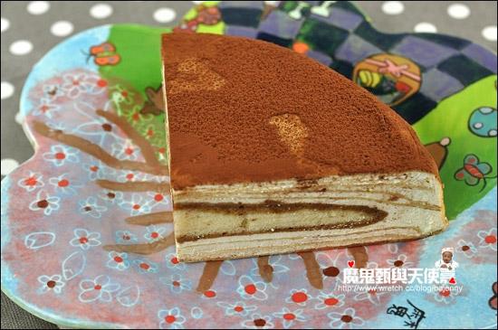 岩燒提拉吃來帶點咖啡香,中間層的夾心蛋糕也有加分。