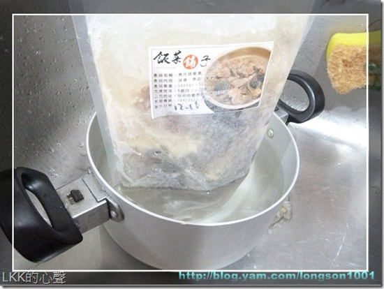 首先將魚片排骨湯放入水中解凍,完成後再將湯頭與好料倒入鍋中加熱。