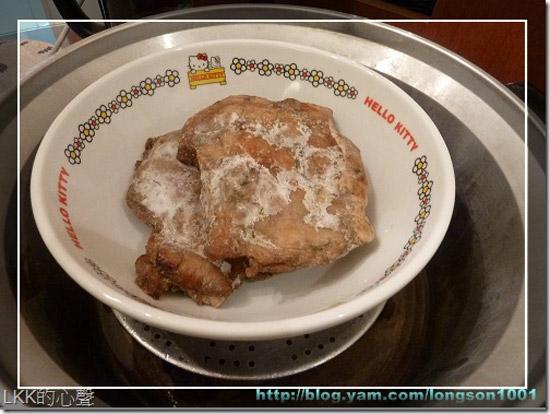 打開香烤無骨雞腿包裝,還可以看到冷凍的痕跡。原本放入電鍋中悶熱,可能是水放不夠,所以只有部分解凍,後來還是送入微波爐中,完成加熱動作。