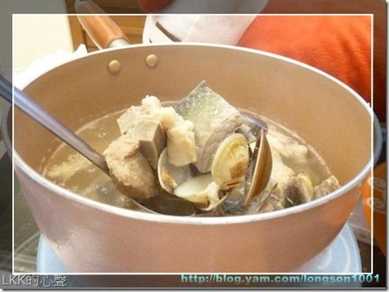 「魚片排骨湯」豐盛的食材,也讓我們讚嘆不已。湯匙一舀,就是滿滿的排骨、魚片與蛤蜊。