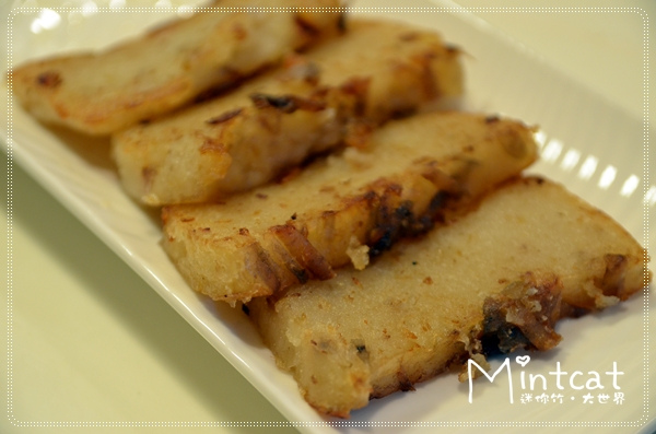 外皮煎的香香脆脆,中間軟嫩比較類似蘿蔔糕的口感,但是有芋頭香氣。