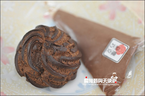 一顆脆皮泡芙配一包卡士達醬,蘿絲帕夫的手作黑玫瑰泡芙跟一般泡芙的口感很不一樣,是屬於酥脆的泡芙