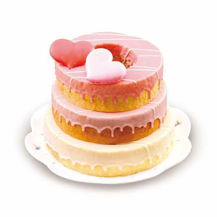 ▲母親節三層年輪蛋糕上搭配愛心馬卡龍,可愛感十足。(圖/金格食品提供)