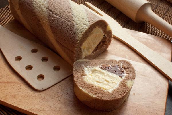 ▲經典的瑞士捲地位屹立不搖,香蕉巧克布蕾捲口味新穎又應景。(圖/取自樂天)