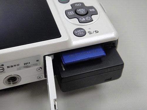 底部的電池跟SD記憶卡插槽