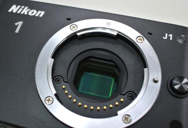 V1/J1的感光元件採用獨家開發的CX格式,是Nikon第一款採用相位偵測自動對焦技術感應器的相機