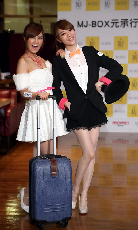 MJ-BOX帶給眾人無負擔的旅行,行李箱不再是沉重的負擔,而是不可或缺的時尚單品,讓你成為旅途中最有型的旅人。(左起大元、庭萱)