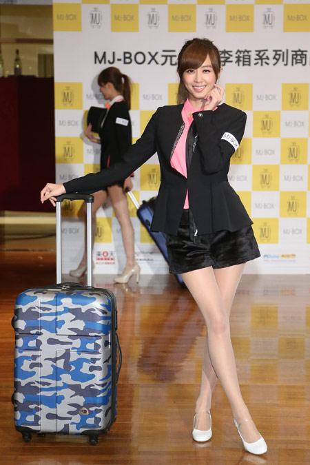 Popu Lady洪詩以中性帥氣、甜美可愛兩個造型展示MJ-BOX旗下系列商品,顛覆以往形象