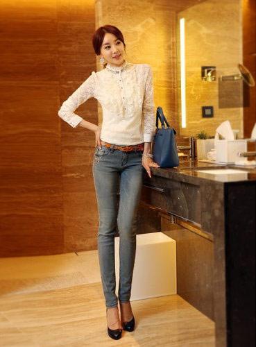 ▲蕾絲衫搭配牛仔褲,可以展現摩羯座「看似嚴謹但內心悶騷」的獨到時髦感。(圖/擷自樂天商場)