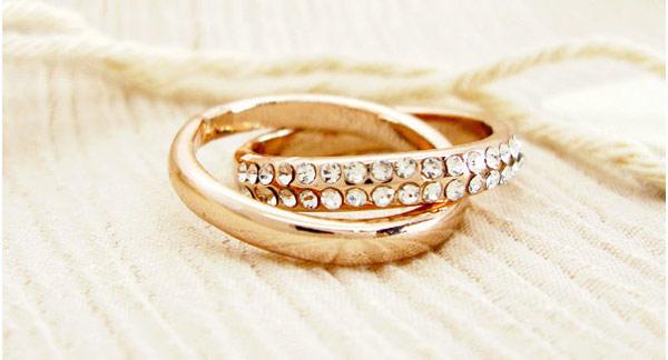 ▲牡羊座可以利用暖色系的玫瑰金戒指或項鍊來搭配,低調但卻十分畫龍點睛。(圖/擷自樂天商場)