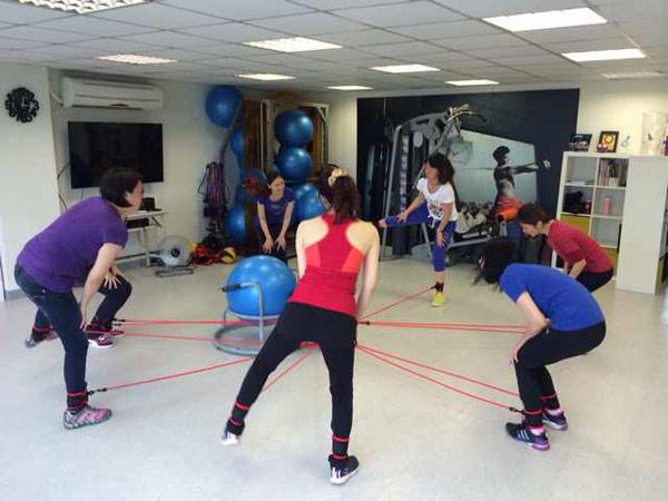 瘦身界的超級教練kenny,以獨創的「快瘦彈力繩10分鐘變身操」,締造許多瘦身的驚人的紀錄。〈圖/趨勢文化出版提供〉