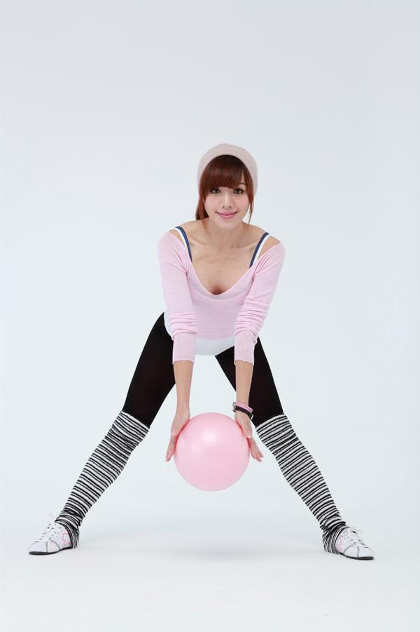▲43歲的「馬甲線女神」張婷媗,以獨特的大、小球運動,讓她在短短3個月內成功瘦身將近10kg。〈圖/趨勢文化出版提供〉