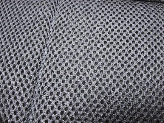 網狀透氣孔的設計,讓長途背負時,也讓背部不會感到悶熱不適感