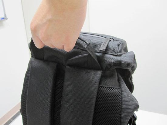 上方握把也很厚,就算用單手握的方式來拿,也能非常輕鬆的使力