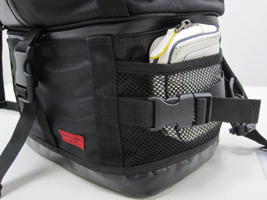 包包兩側有網袋,可以放水、飲料或是輕便雨衣