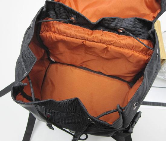 背包共分上下兩層收納空間,都採用外黑內橘的亮暗對比設計