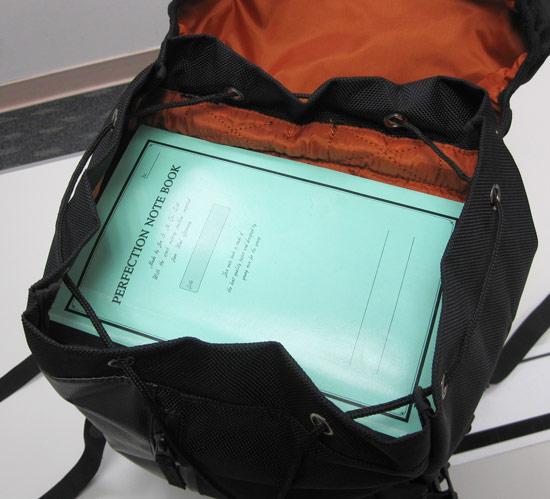 如果書本平放的話,空間差不多是一本B4大小的筆記本