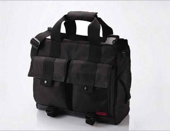 外觀同樣採用全黑色的設計,僅有右下方的LOGO。