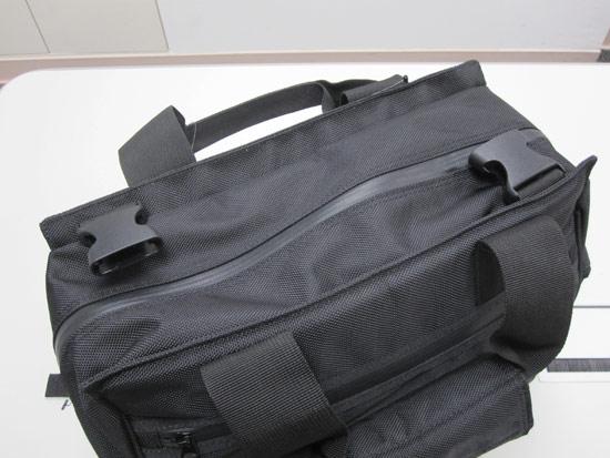 從包包的正上方看,隱藏式拉鍊拉起來的時候真的完全密合,完全不怕水會滲進去耶
