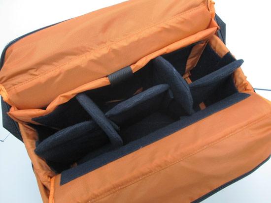 拉鍊拉開之後,也是黑橘的明暗配色設計,空間裡同樣有5片隔板。最多可隔成六個空間,側邊還有一個夾層設計。