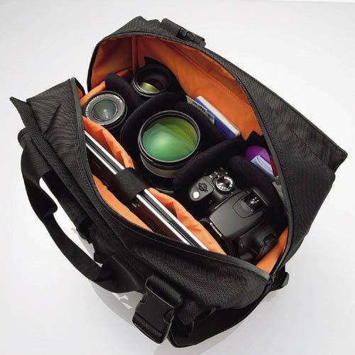 整體收納空間非常充足,可放下大單眼相機以及三顆變焦鏡頭,一台NB及一些筆記本等小物