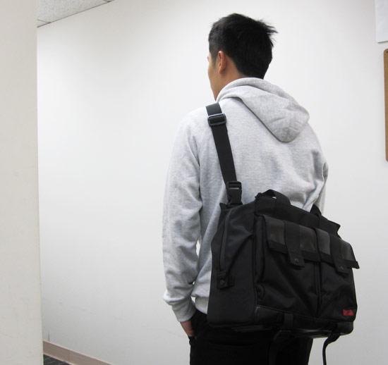 不過因為體積大又方正的關係,體格比較瘦的人背起來就會顯得包包很大